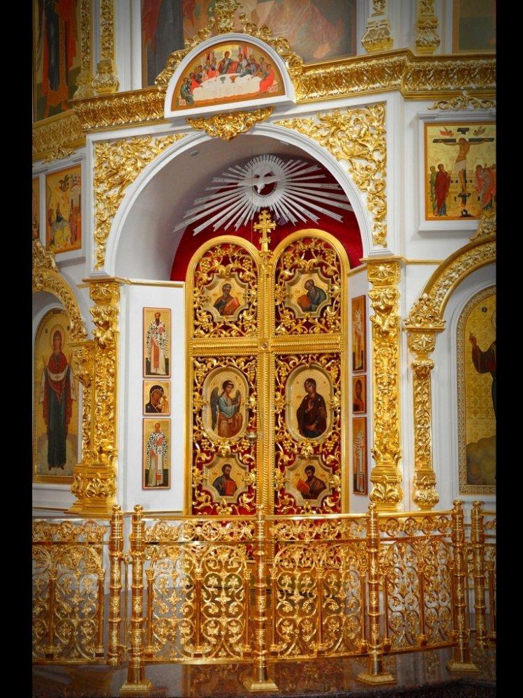Резной иконостас, ручная резьба. Царские врата из массива с золочением.