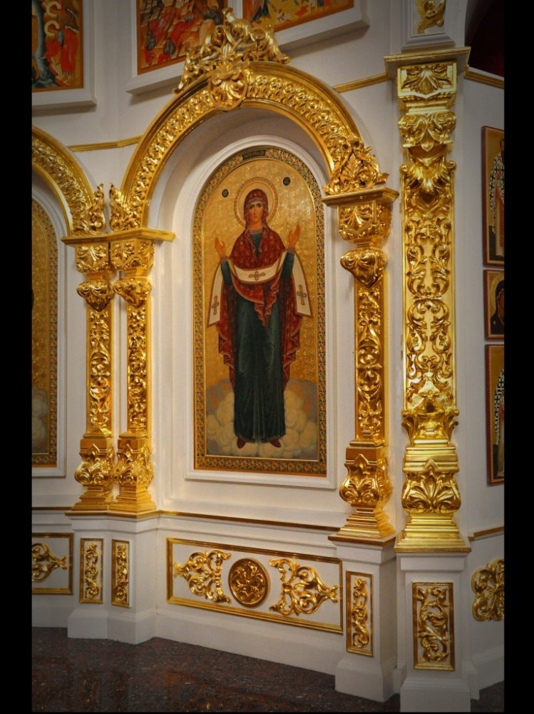 Резной фрагмент центральной части иконостаса. Резной декор покрыт сусальным золотом