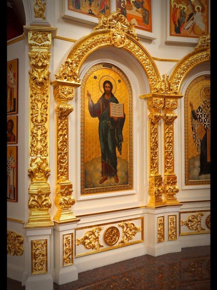 Фрагмент деревянного иконостаса после позолотных работ. Писанные иконы для иконостаса на заказ.
