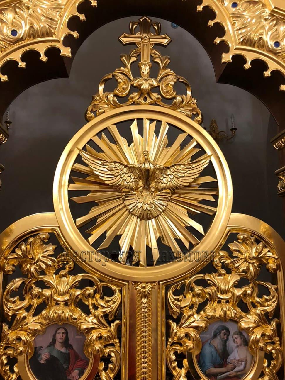 Царские врата иконостаса. Голубь над царскими вратами - ручная резьба по дереву, позолота