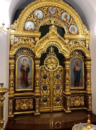 Резной иконостас из массива дерева с золочением сусальным золотом