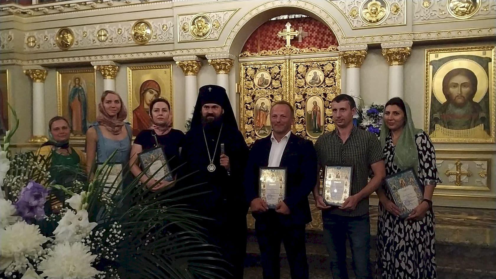 Феофилакт, архиепископ Пятигорский и Черкесский и команда иконописцев