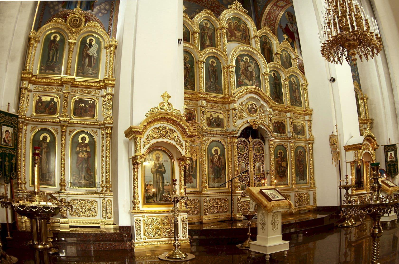 Деревянный иконостас, напольный киот, церковная утварь. Резьба, золочение