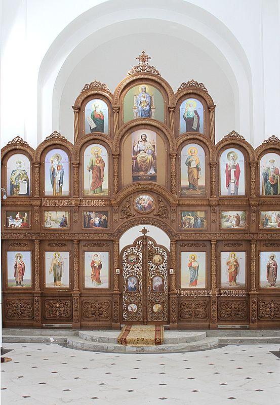 Деревянный иконостас в Храме Александра Невского
