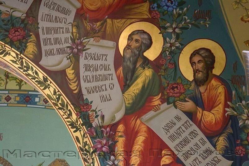 На стенах храма Спасителя изображено множество святых