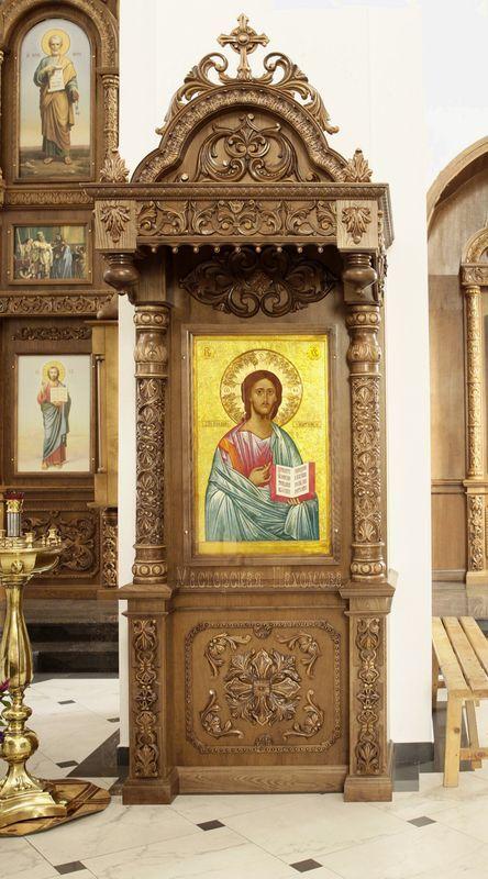 Дубовый напольный киот в Храме Александра Невского