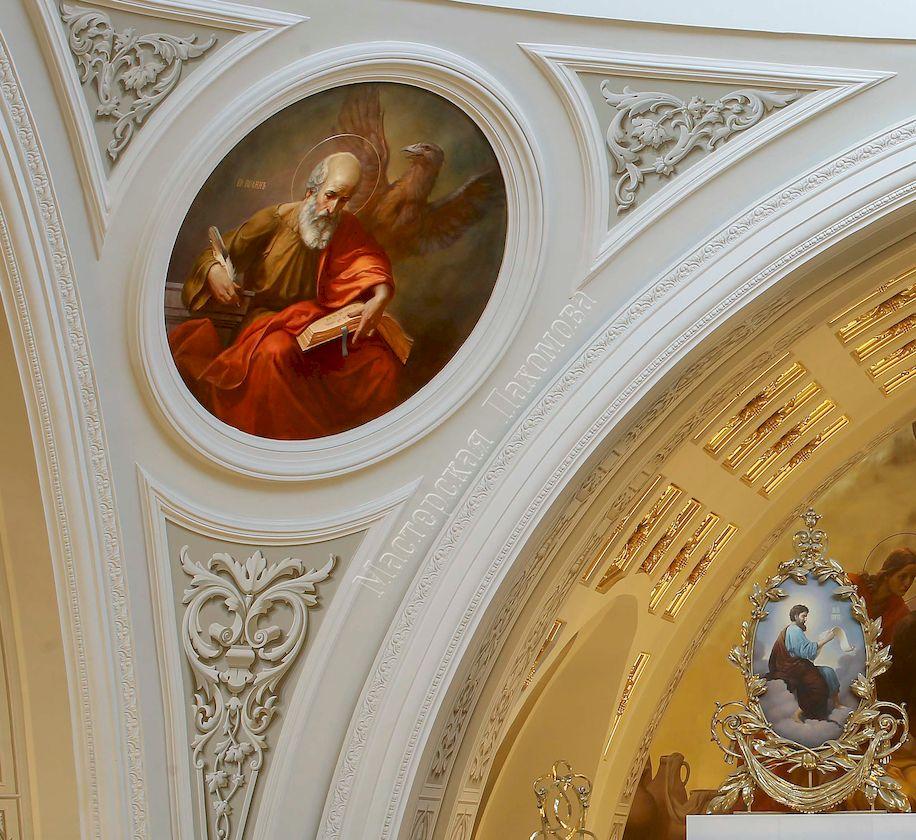 В парусах Собора расположены медальоны с изображением четырех Евангелистов