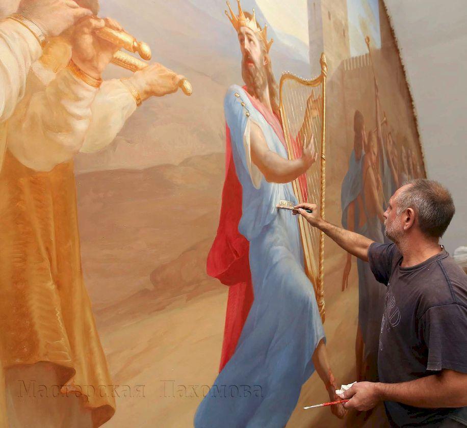 Художник Евгений Кравцов трудится над образом царя Давида в окружений своей свиты